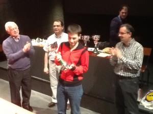 Yeray sosteniendo el trofeo  de campeón de Primera en representación del Abadiño